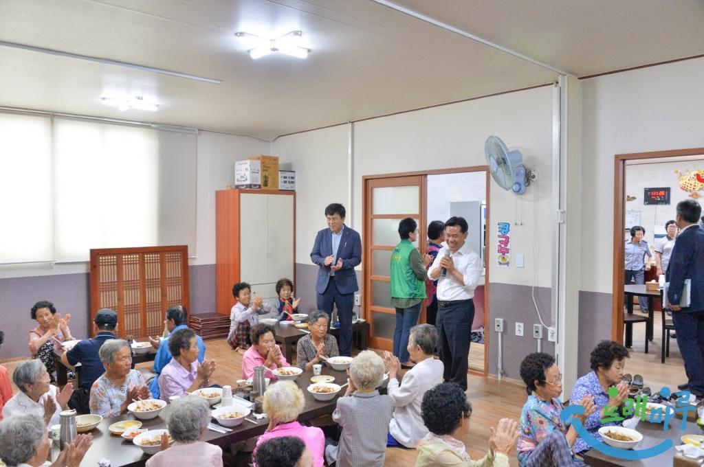 1. 박정현 군수 내산면 자장면 나눔 행사장 방문 장면 (2).JPG